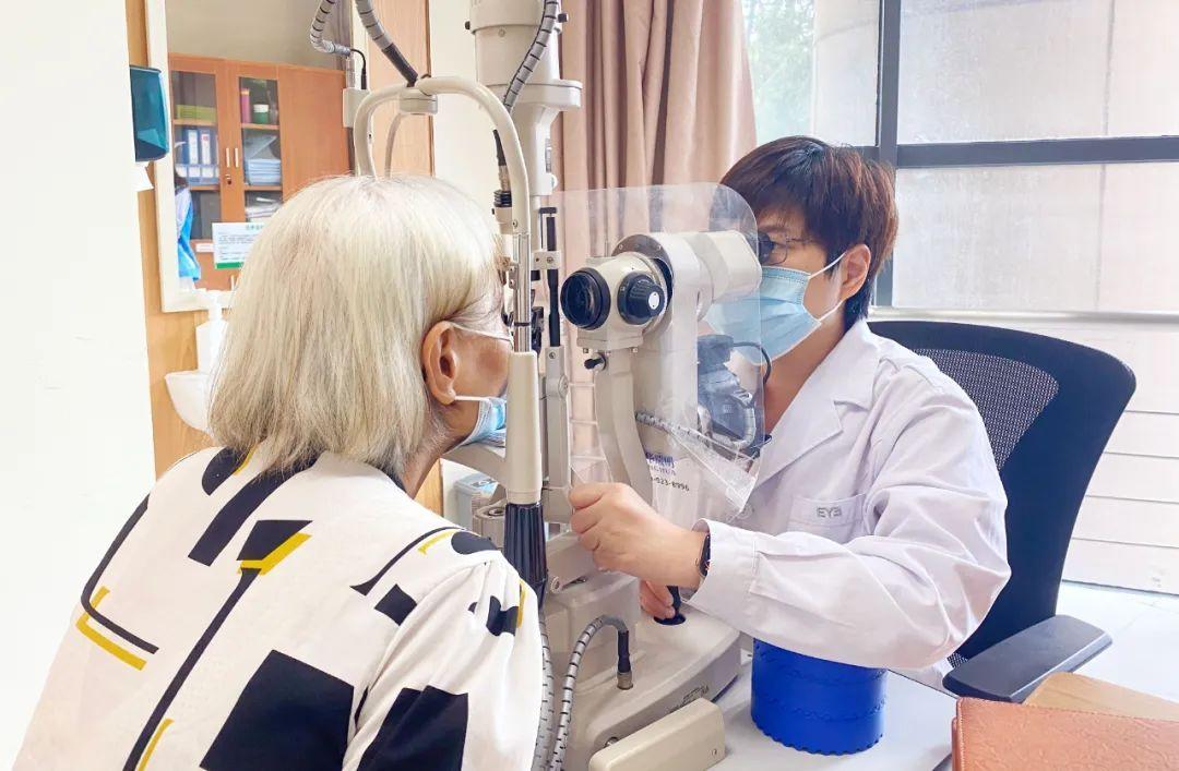 ▲何曼莎副主任为岑姨检查眼睛